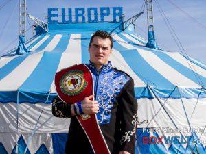 Angelo Frank vor dem Zirkus Europa