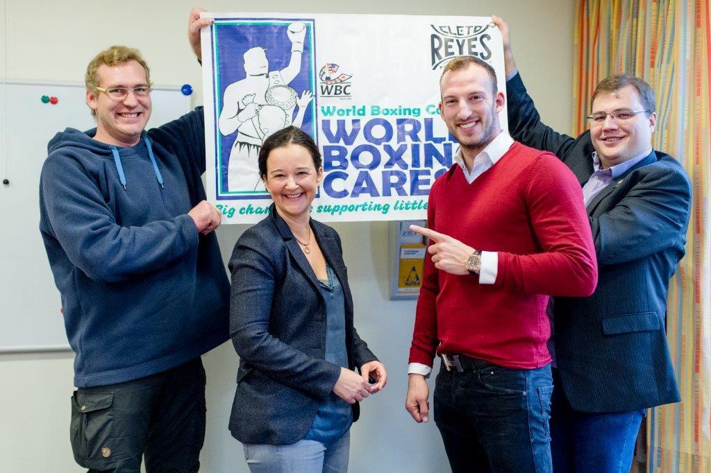 Freuen sich über engagierte Nachahmer - Dr. Sabine Ott und Mario Daser mit Ringarzt Dr. Tim Kuchenbuch (links) und Malte Müller-Michaelis (rechts) von WBC