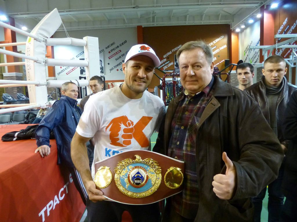 """Boxer Sergey Kovalev with fan"" von Никто не забыт (CC BY-SA 3.0)"