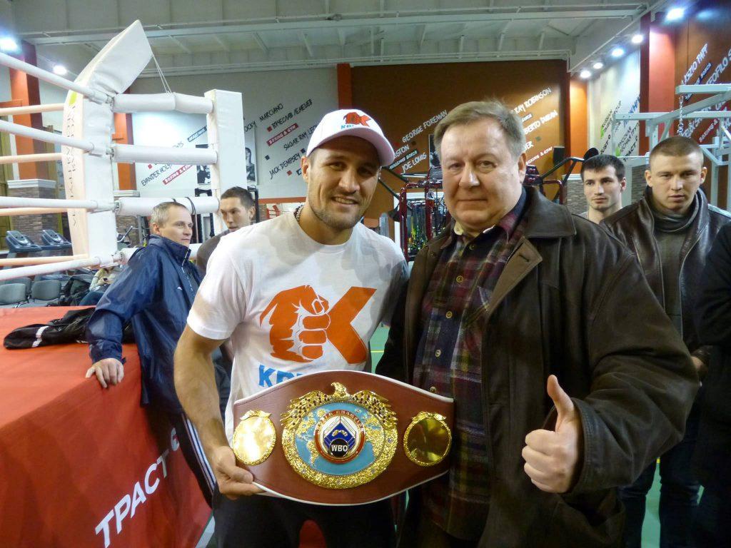 """""""Boxer Sergey Kovalev with fan"""" vonНикто не забыт (CC BY-SA 3.0)"""