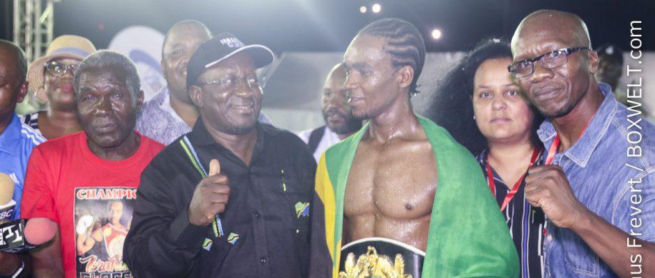 Ibrahim Class nach seinem Sieg mit Trainer, Sportminister und Manager