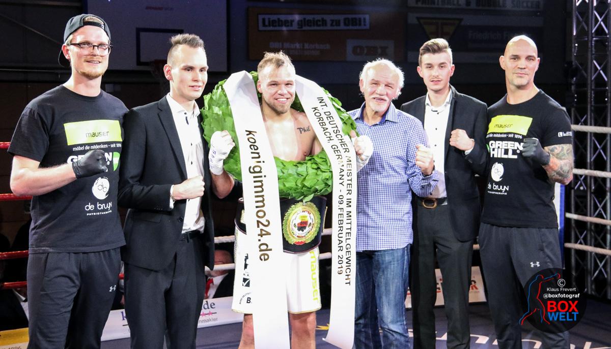 Mario Jassmann mit Team nach Sieg in Korbach