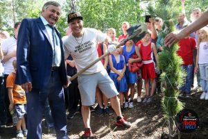 Bürgermeister von Plast Alexander Neklüdov mit Ruslan Provodnikov